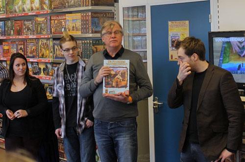 Michael Bruinsma met het eerste exemplaar - foto: Niek Ederveen