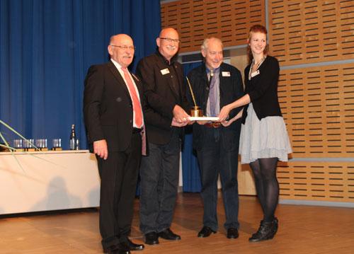 Wolfgang Kramer en het team van Hans im Gluck met de Gouden Veer