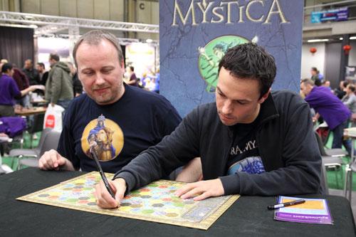 de auteurs signeren hun spel